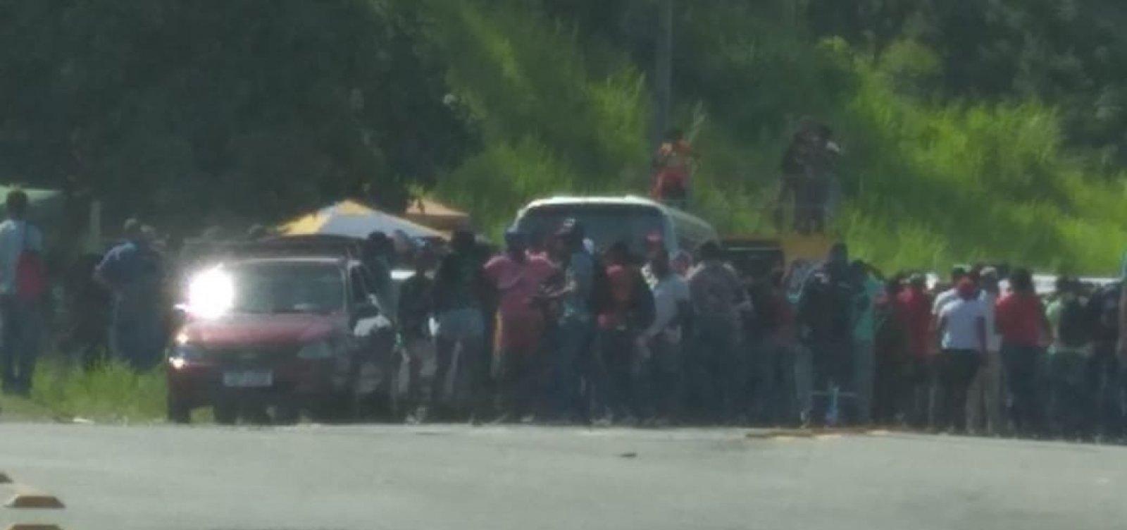 [Funcionários de refinaria de Candeias fazem paralisação em protesto contra venda da unidade]
