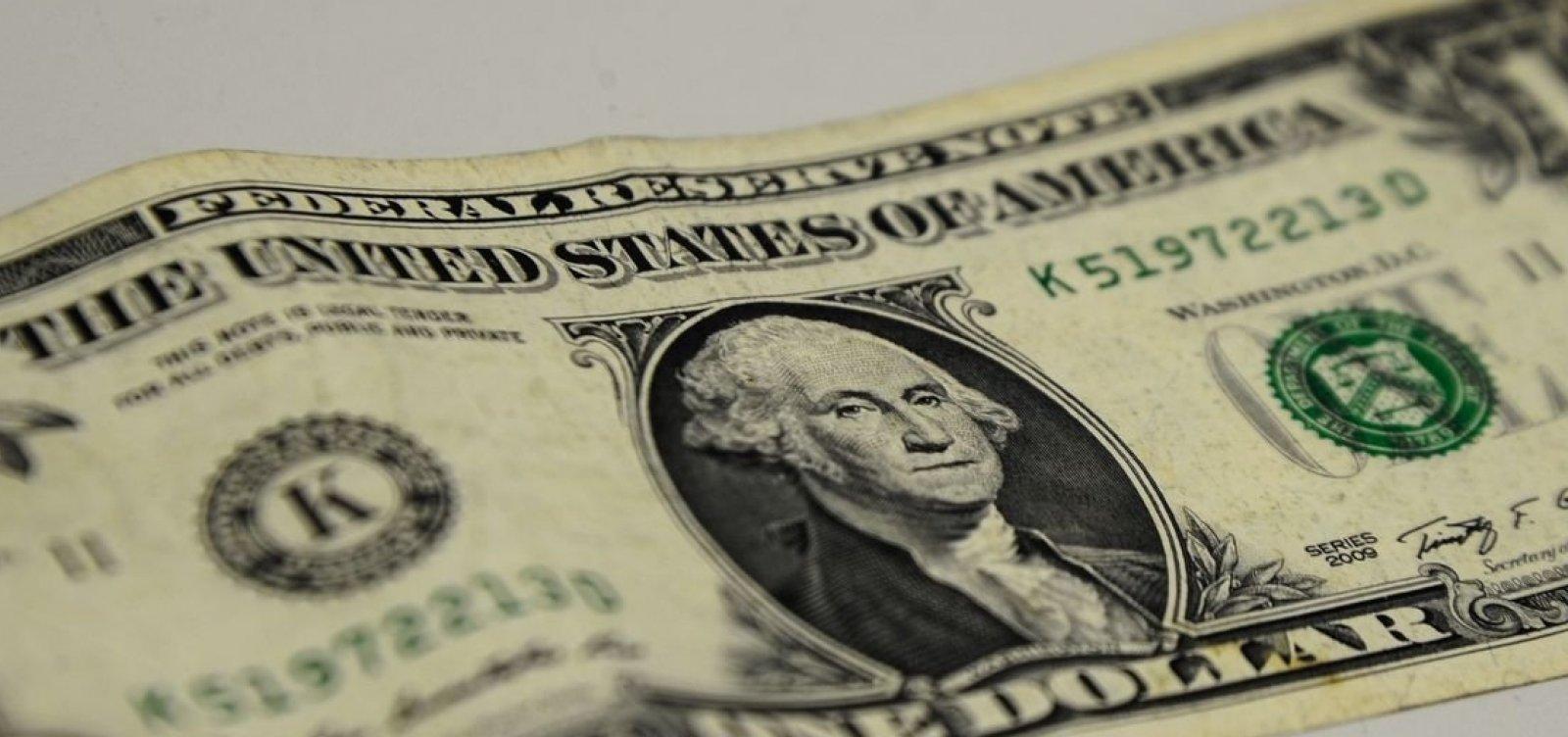 [Em dia de muita especulação, dólar ganha força e chega a R$ 4,12]