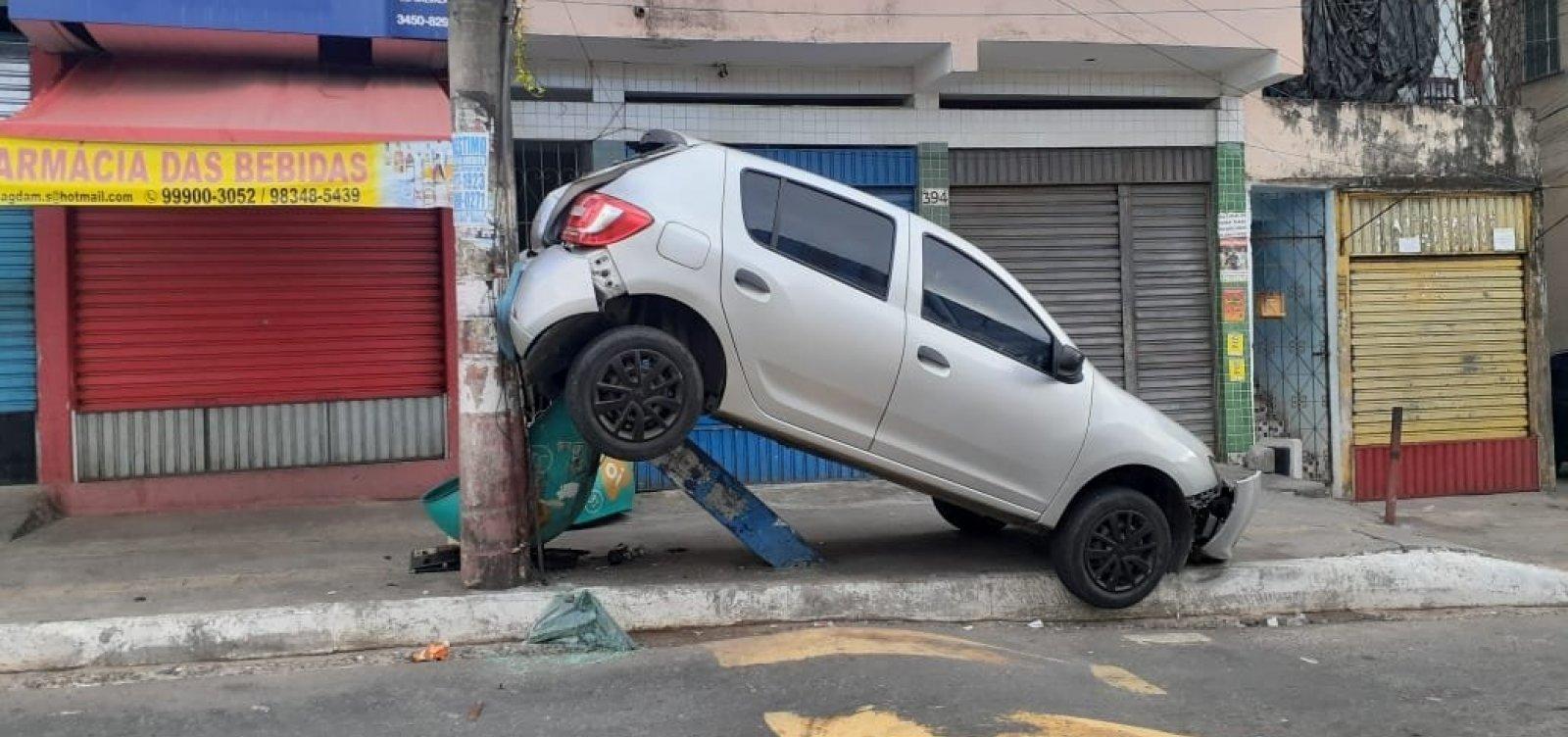 [Motorista dá ré e carro bate em poste para tentar evitar assalto em Pernambués]