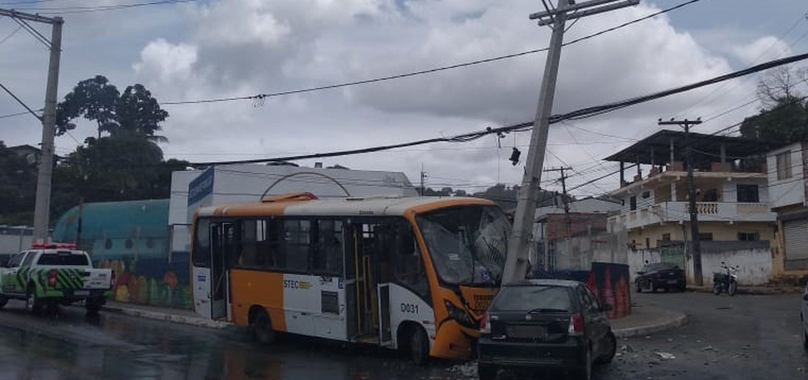 [Micro-ônibus bate em poste e em carro emSão Thomé de Paripe]