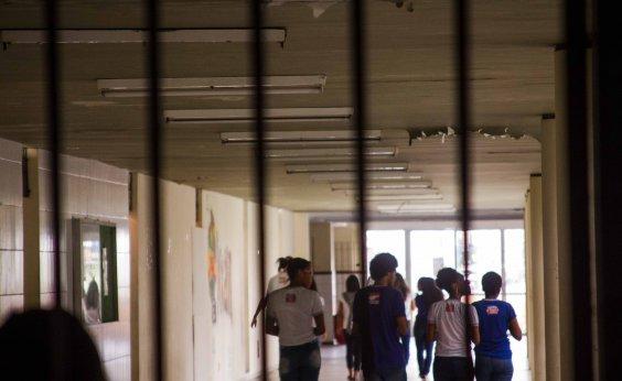 [Pais e alunos relatam descaso para transferir matrícula do Odorico Tavares]