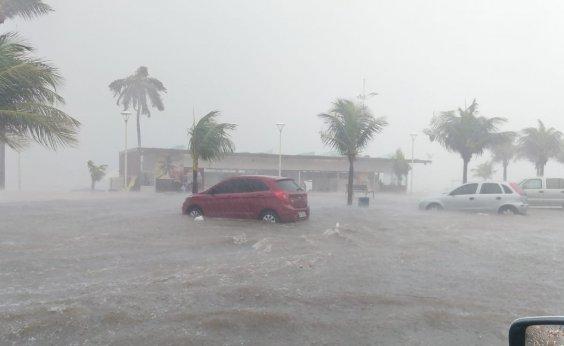 [Chuva deixa ruas alagadas em Itapoan e Boca do Rio; veja vídeo]