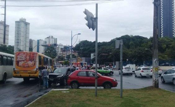 [Assaltantes em fuga batem em carros e trocam tiros com policiais na Av. Vasco da Gama]