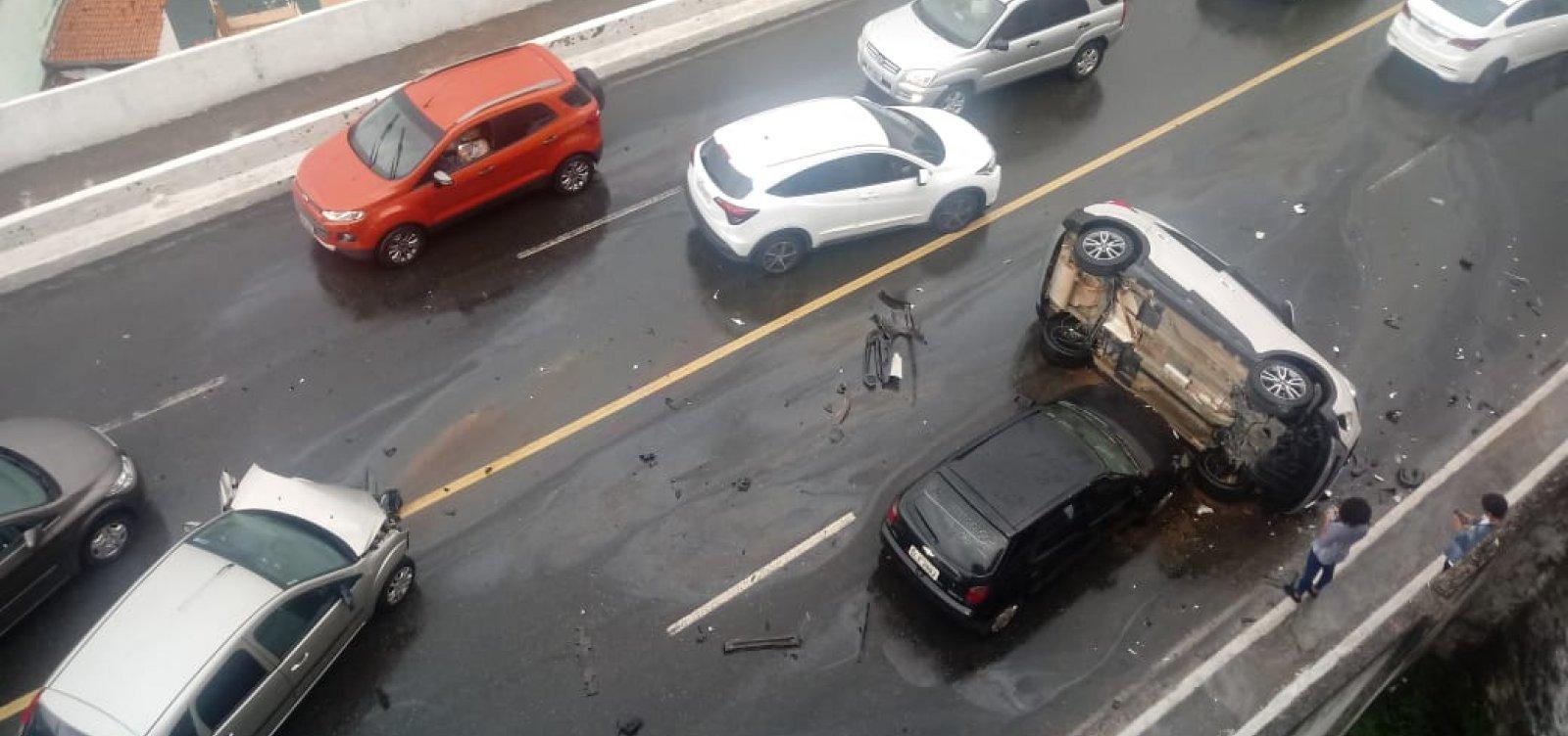 [Acidente com três carros deixa trânsito lento na Avenida Contorno]