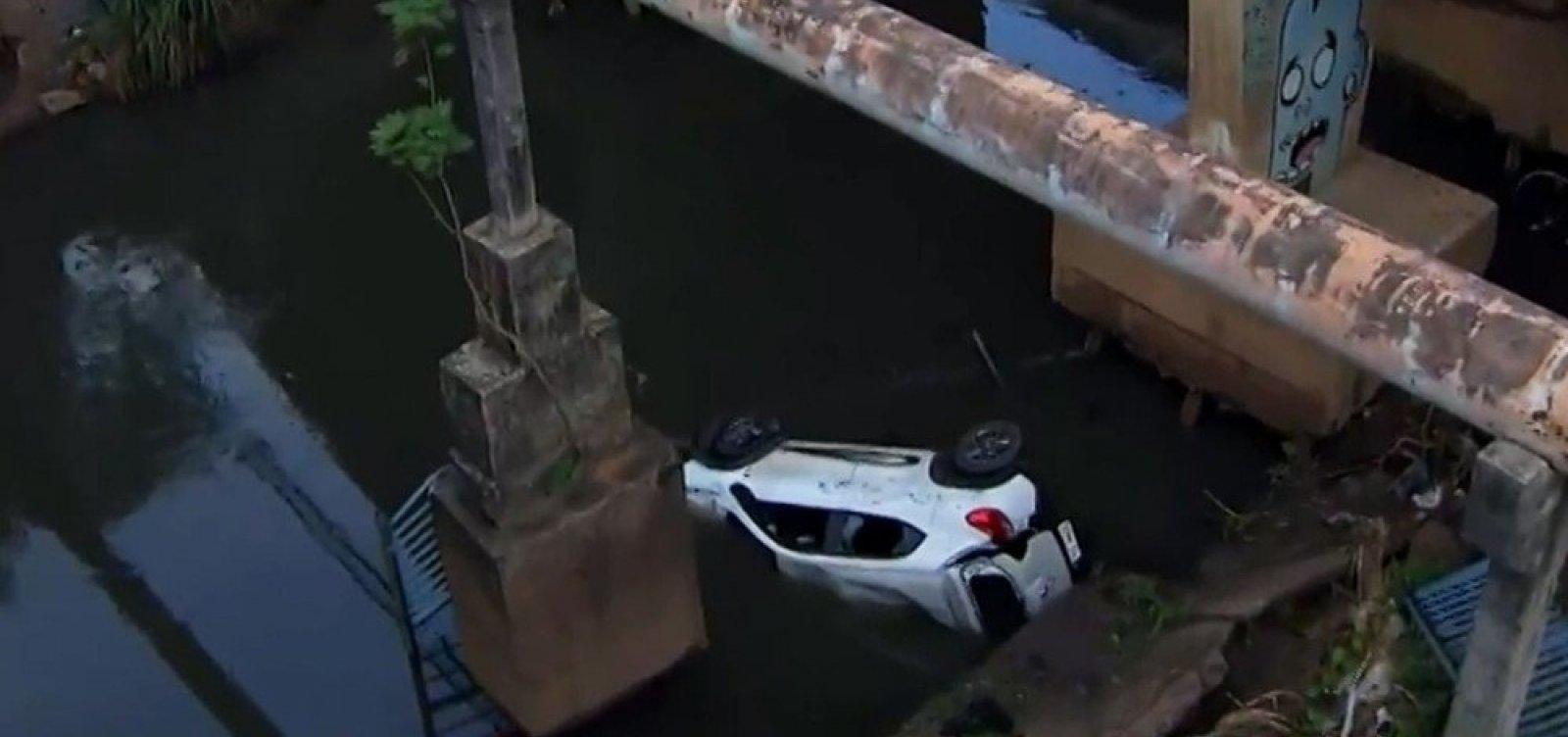 [Carro cai em córrego na Av. Tancredo Neves; passageiro é resgatado por bombeiros]