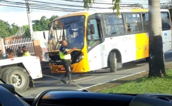 [Micro-ônibus fica preso em buraco na Av. Dorival Caymmi]