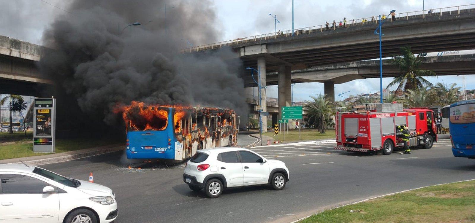 [Ônibus pega fogo na Rótula do Abacaxi; vídeo]