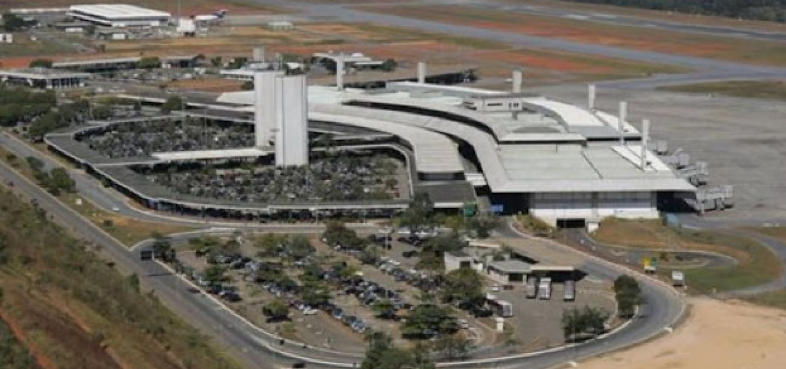 [Avião com 80 brasileiros deportados dos EUA chega ao Brasil]