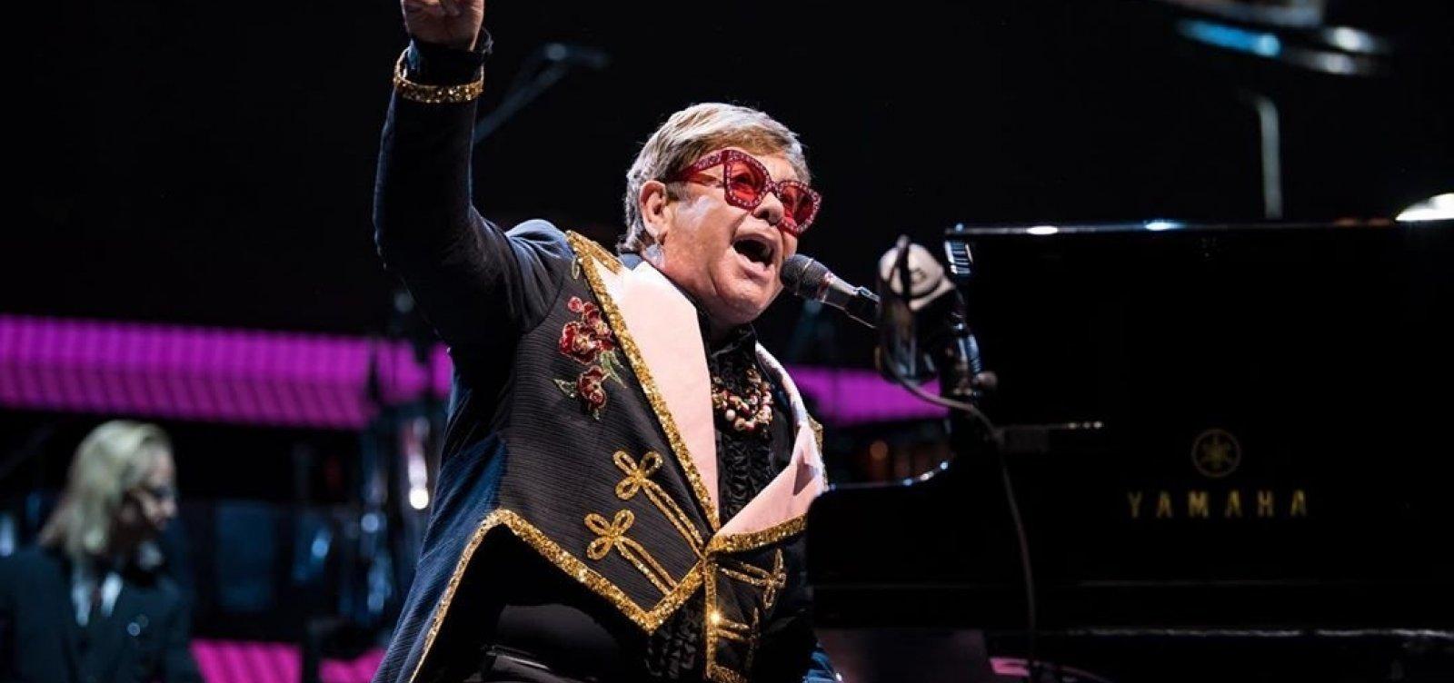 [Elton John interrompe show por motivos de saúde]