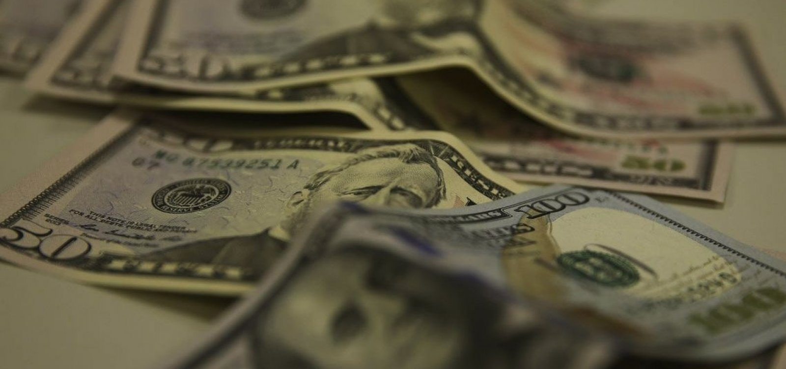 [Dólar fecha em alta com incertezas sobre protesto de caminhoneiros]