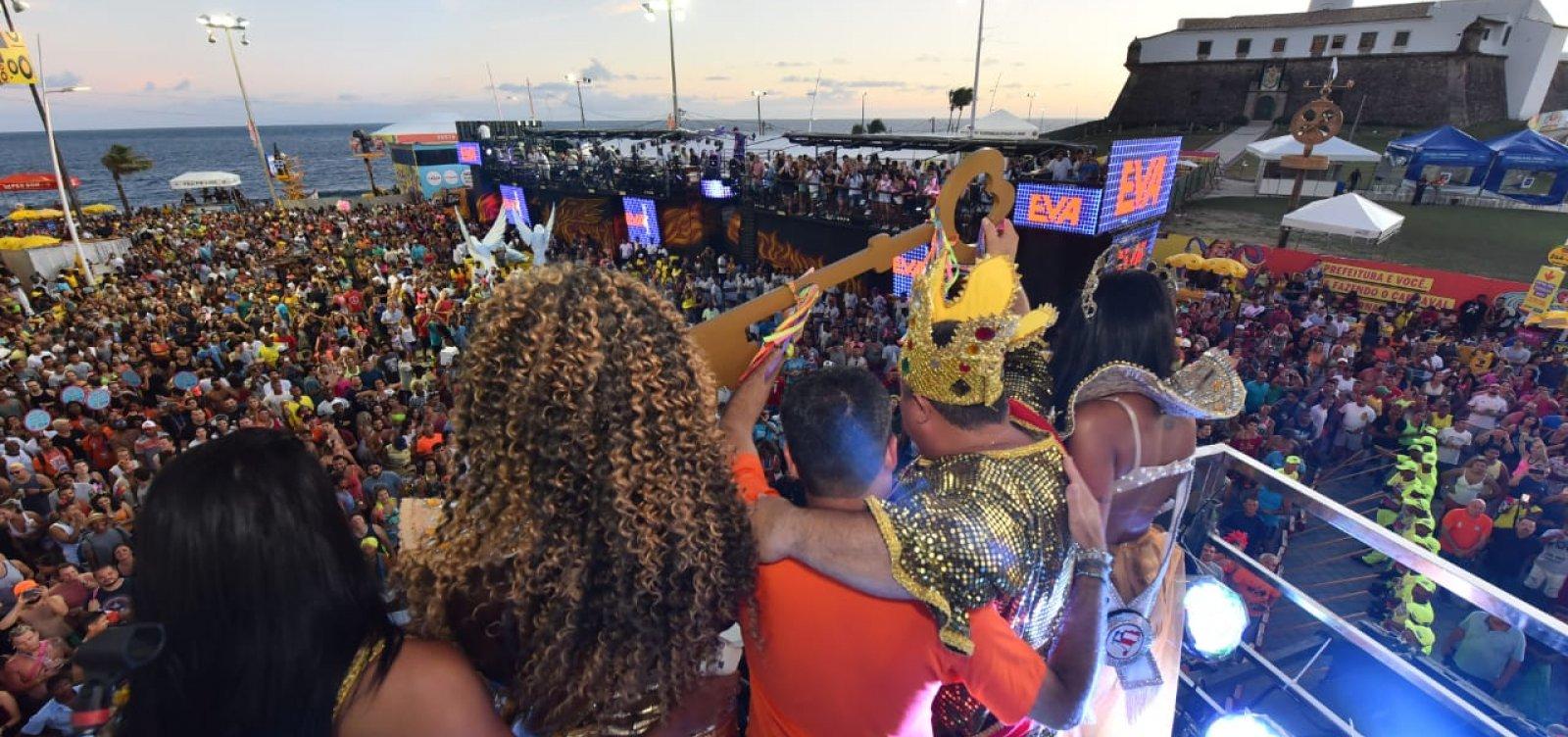 [Rei Momo recebe as chaves da cidade e inicia o Carnaval de Salvador]