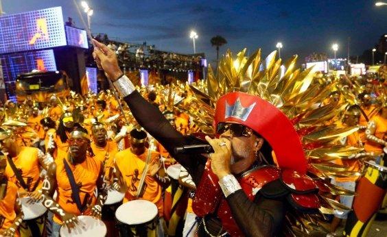 [Após entrega das chaves da cidade, Carlinhos Brown abre carnaval de Salvador]