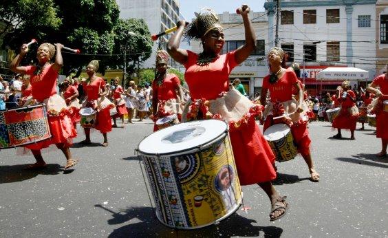 [Bloco feminino Didá protesta contra a violência obstétrica em desfile]