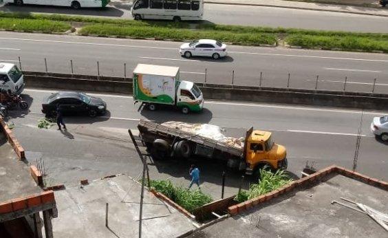 [Caminhão tomba na BR-324 e deixa trânsito lento no sentido Salvador]