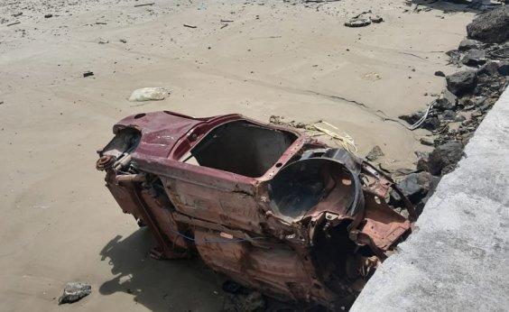 [Sucatas de carros são abandonadas e sujam praia do Bonfim, em Salvador]