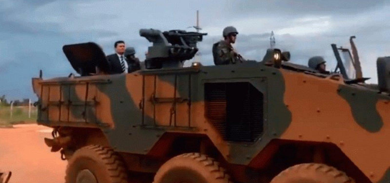 [No tanque de guerra, Moro vai à Papuda e acompanha operação de GLO]