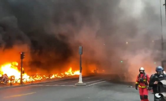 [Estação de trem em Paris é esvaziada após incêndio nos arredores]