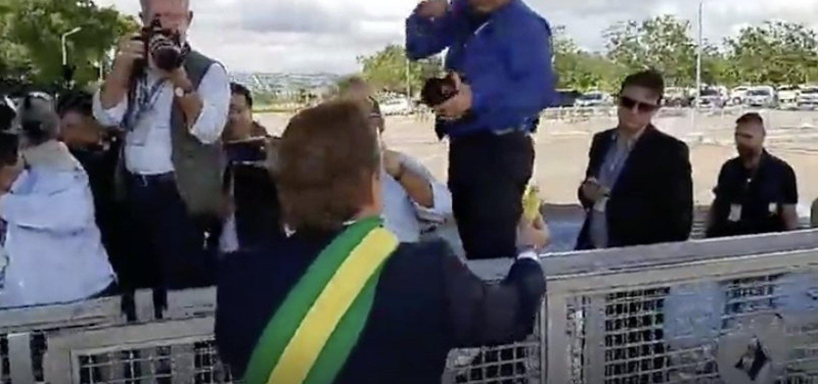 [Bolsonaro põe humorista 'Carioca' para distribuir bananas para jornalistas; veja vídeo]