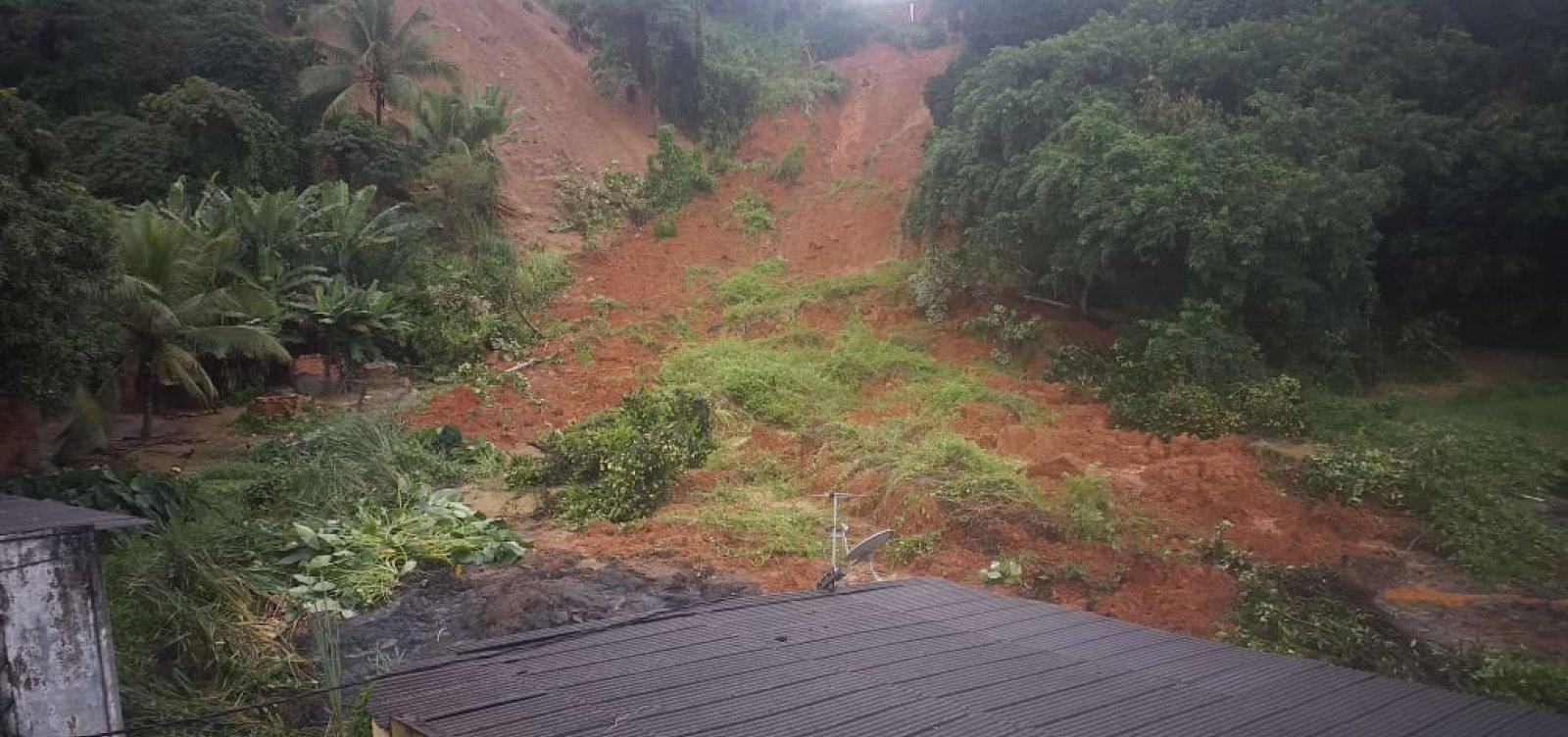 [Moradores são resgatados após barranco ceder no bairro de Valéria, em Salvador]