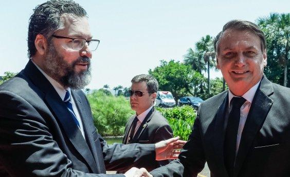 [Bolsonaro busca orientação com Ernesto Araújo após se afastar de Mandetta]