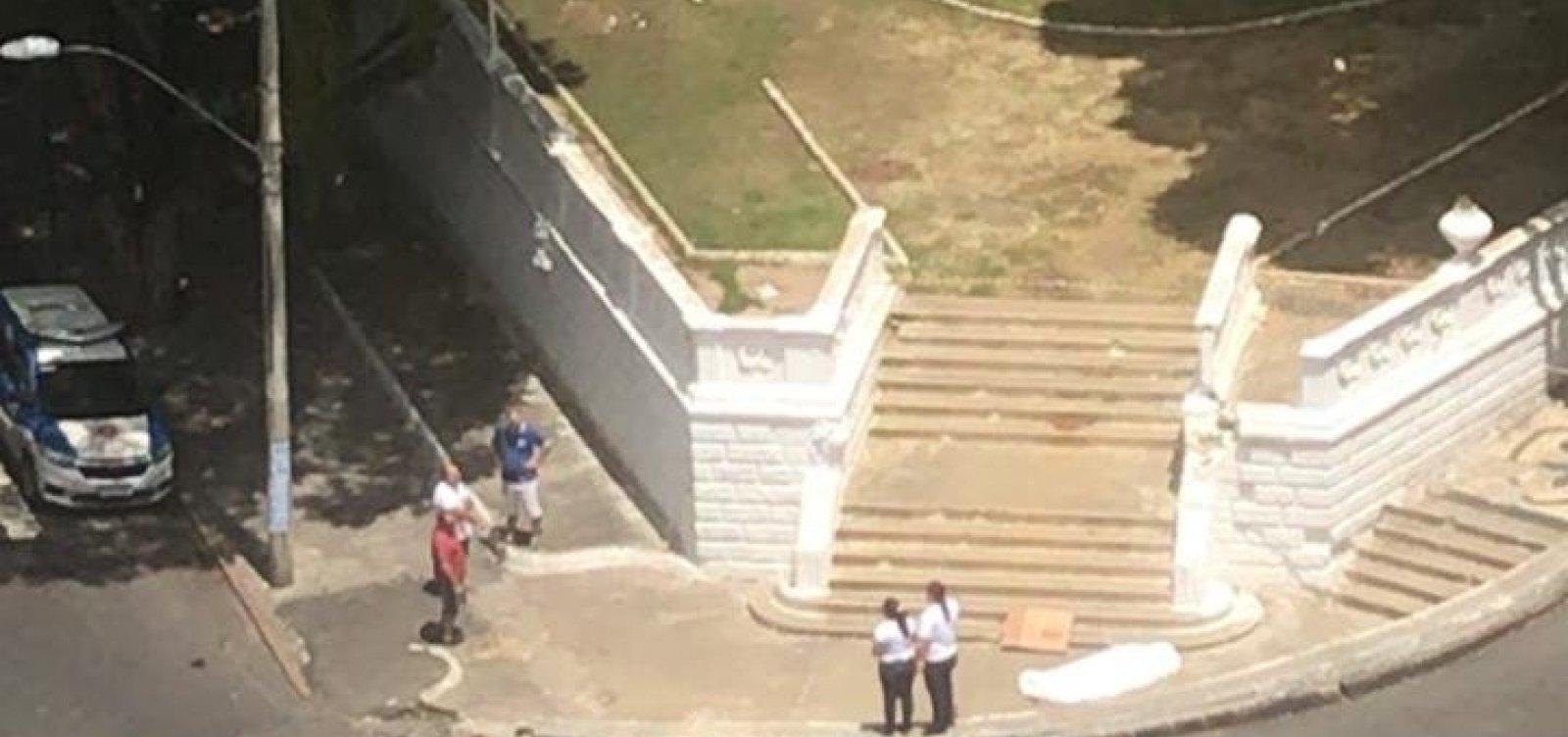[Idoso morre em calçada e corpo demora mais de três horas para ser retirado em Salvador]