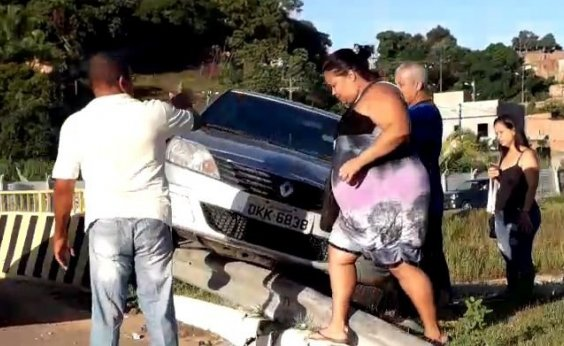 [Acidente deixa carro preso em guard rail na Av. Paralela]