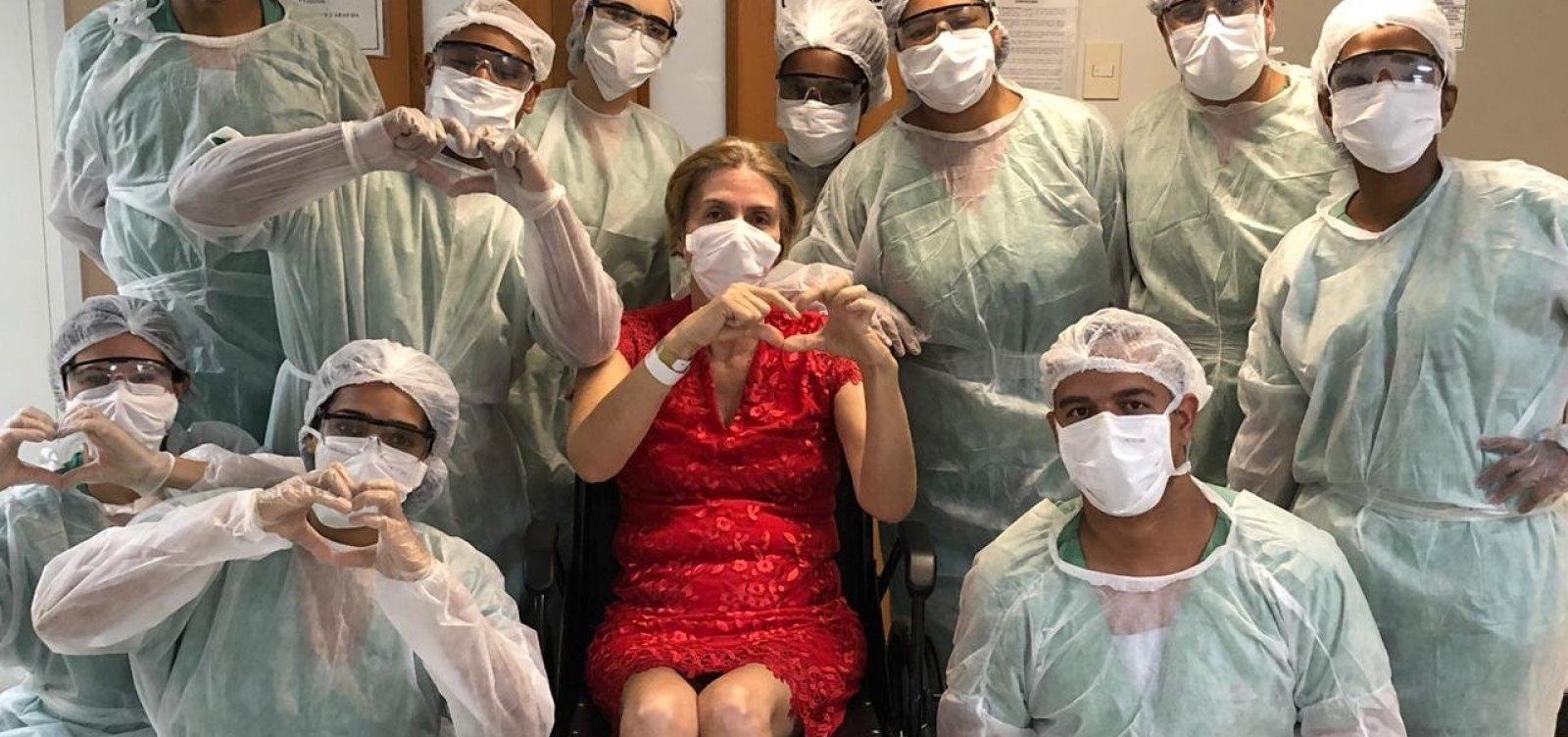 [Mulher de 57 anos com covid-19 recebe alta de hospital; veja vídeo]