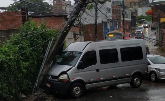 [Rua no Cabula VI é interditada após van colidir em um poste]