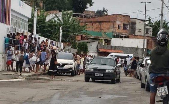 [Moradores de Periperi se aglomeram para receber cestas básicas]