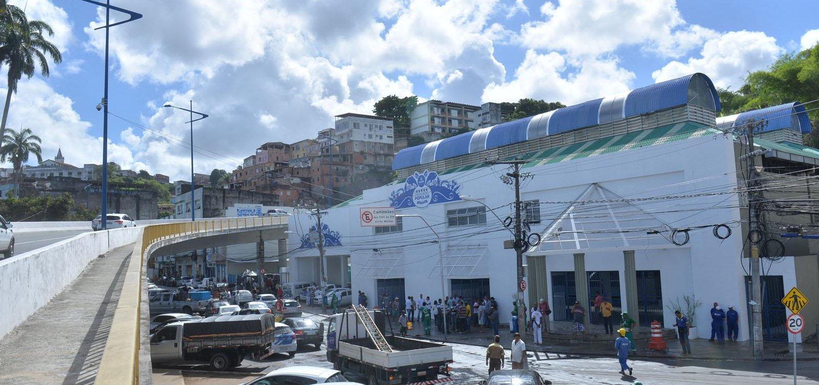 [Após aglomeração, Semop tenta tirar ambulantes da frente do Mercado do Peixe, em Salvador]