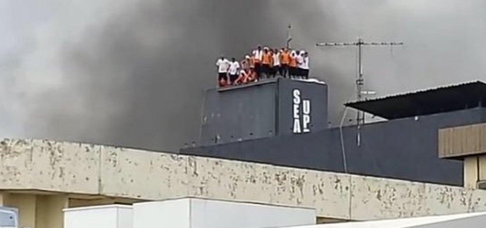 [Detentos fazem agentes penitenciários de reféns durante rebelião em presídio de Manaus]