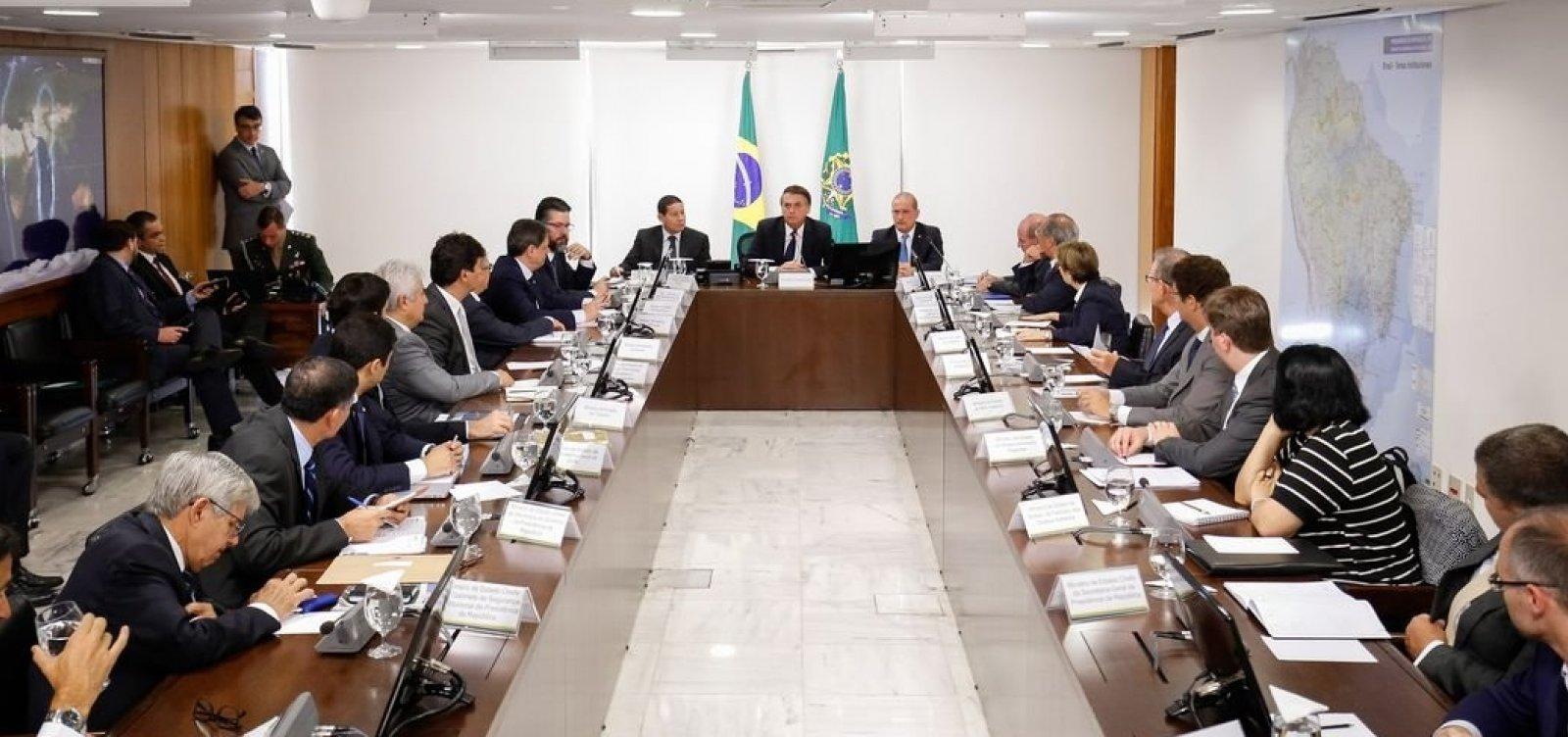 ['Querem f* minha família', afirma Bolsonaro em reunião sobre troca na PF]