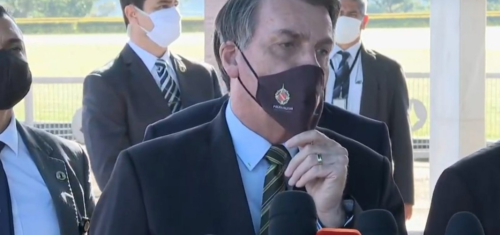 [Bolsonaro pressiona governadores por reabertura da economia e diz que Brasil está virando 'país de pobre']