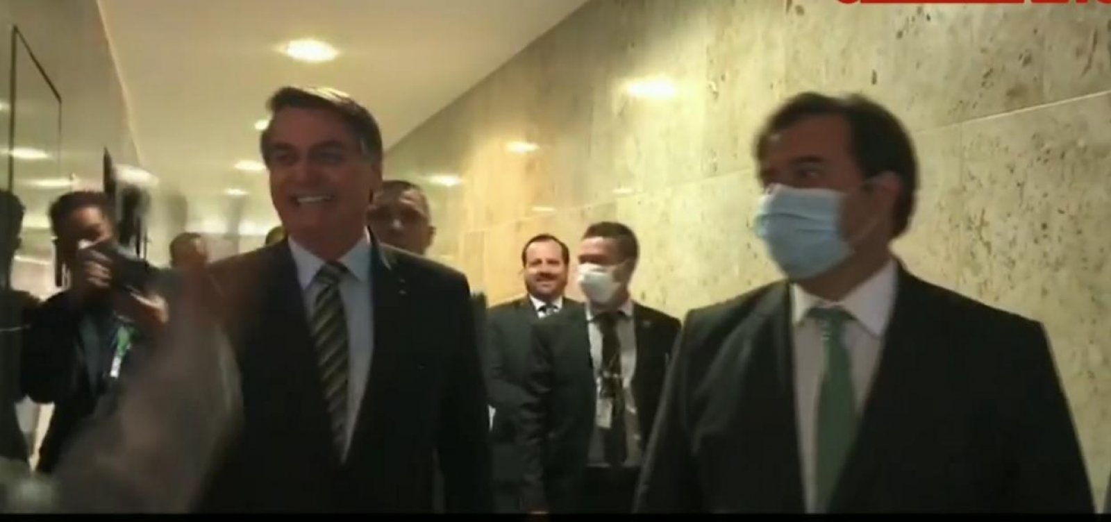 [Após criticar Maia, Bolsonaro se reúne com deputado e diz que voltaram a 'namorar']