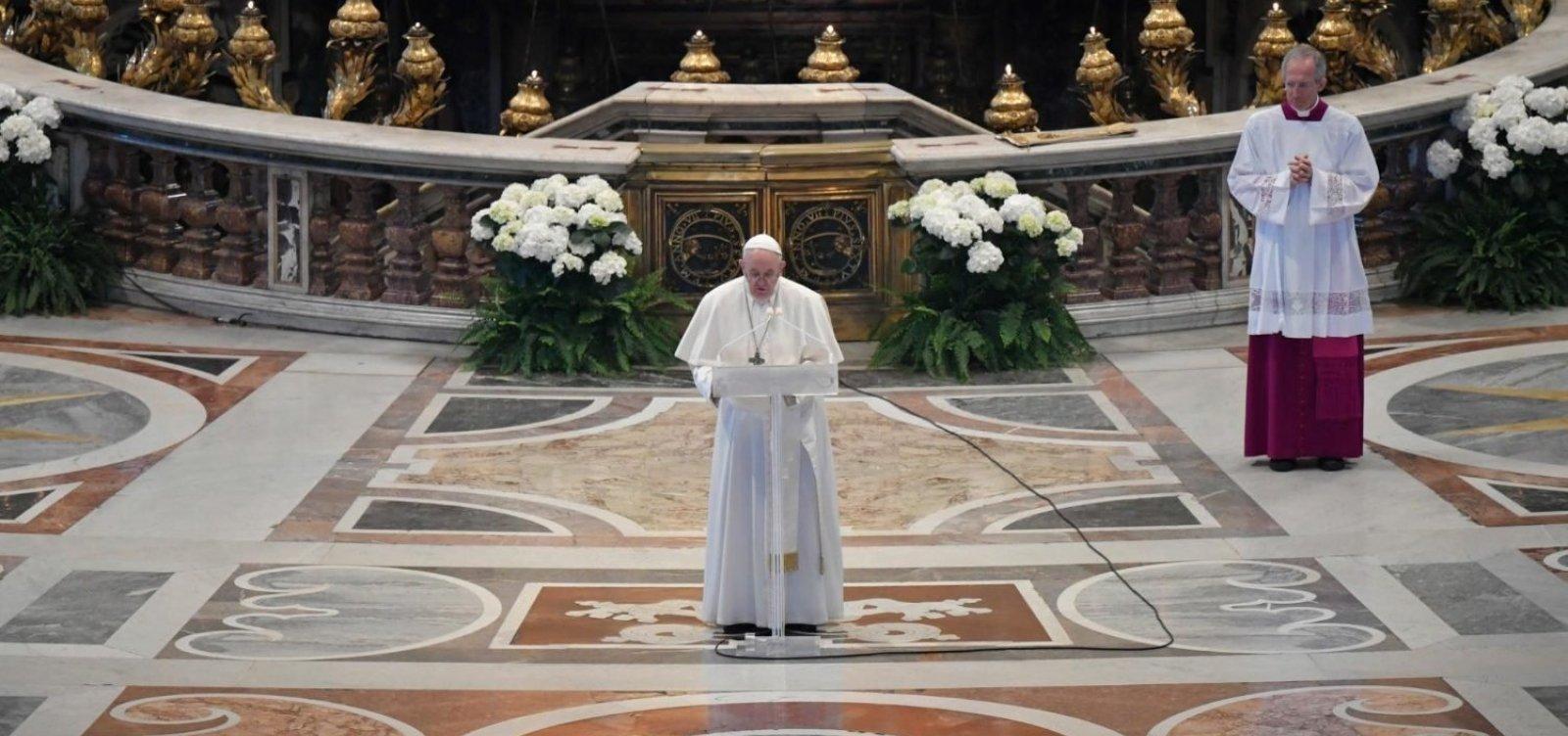 [Missas com o povo voltam amanhã na Itália e papa pede cuidado com a saúde]