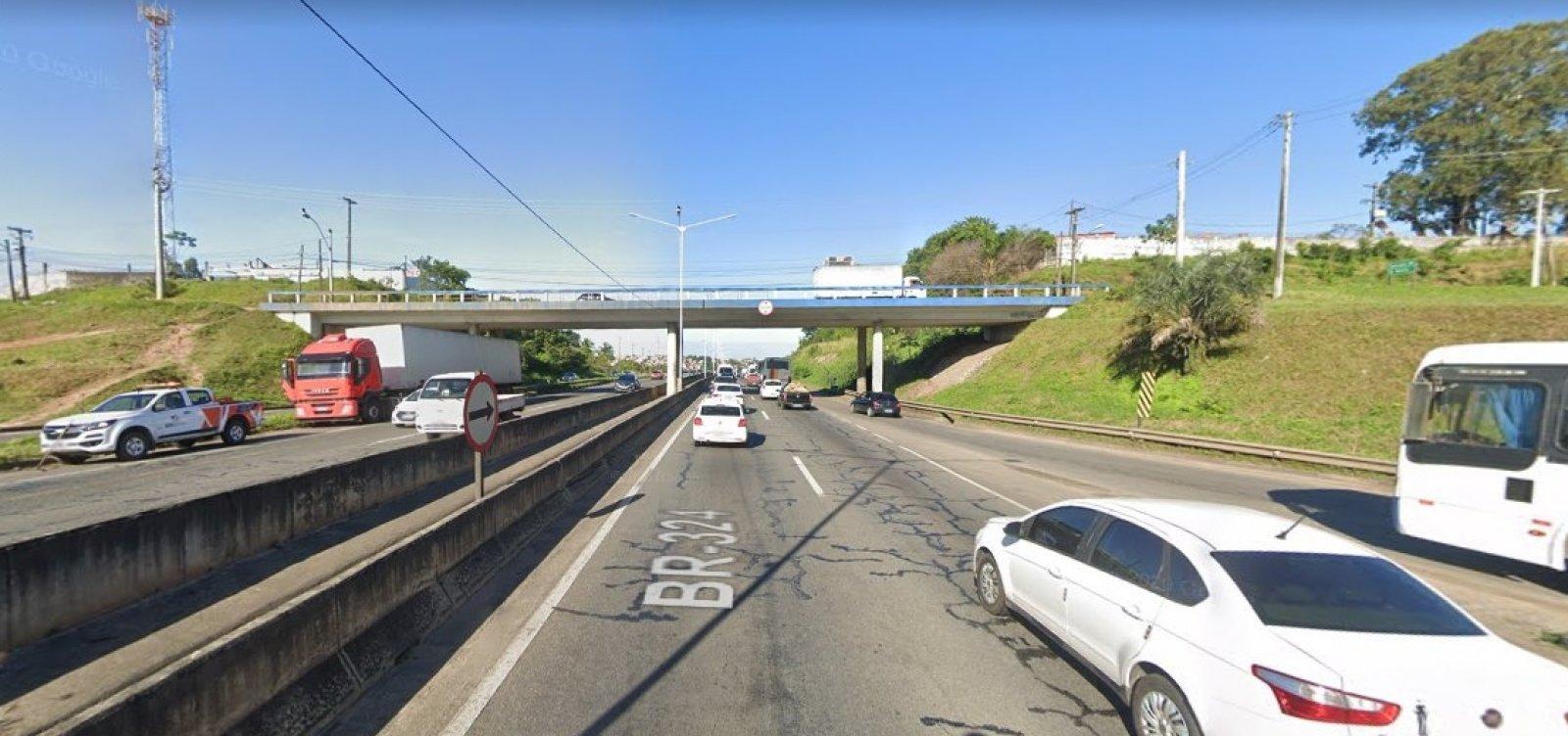 [Acidente na BR-324, na região de Valéria, deixa trânsito lento na rodovia]