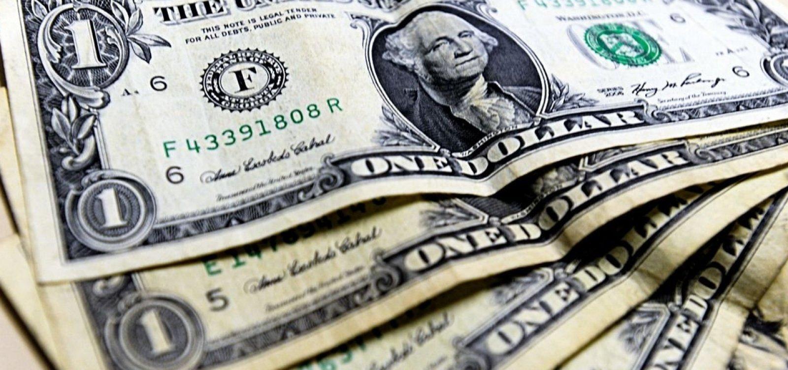 [Dólar cai 2% e se aproxima de R$ 5,70]