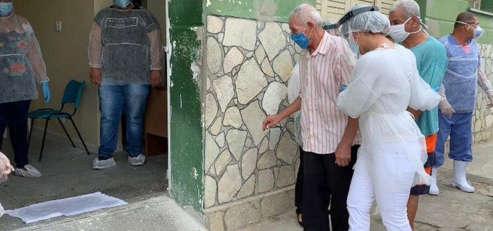 [Ipiaú: Após surto de Covid-19 em asilo, 53 idosos têm alta]