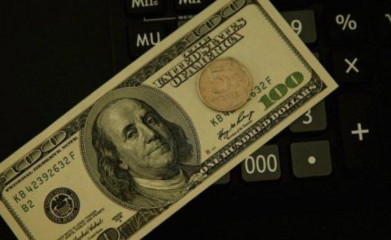 [Dólar cai e fecha abaixo de R$ 5,70 ]