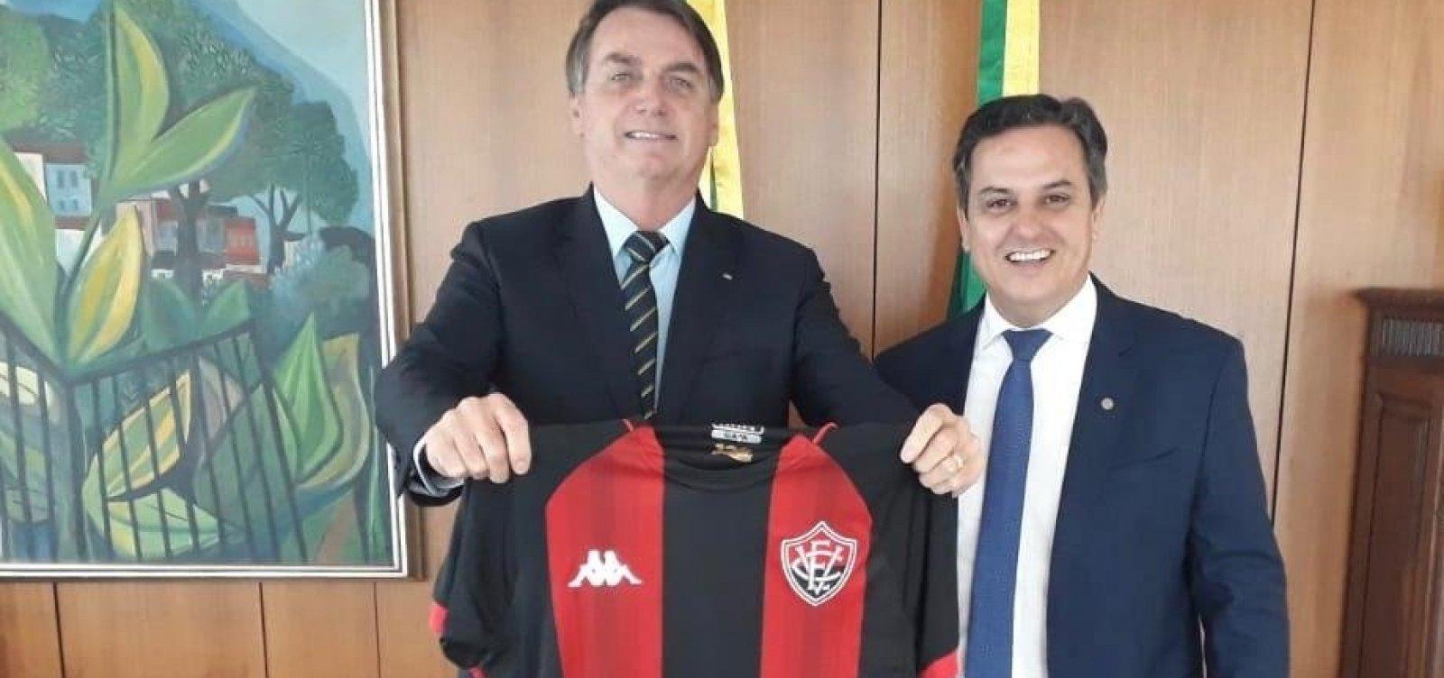 [Deputado presenteia Bolsonaro com camisa do Vitória a pedido de empresário baiano]