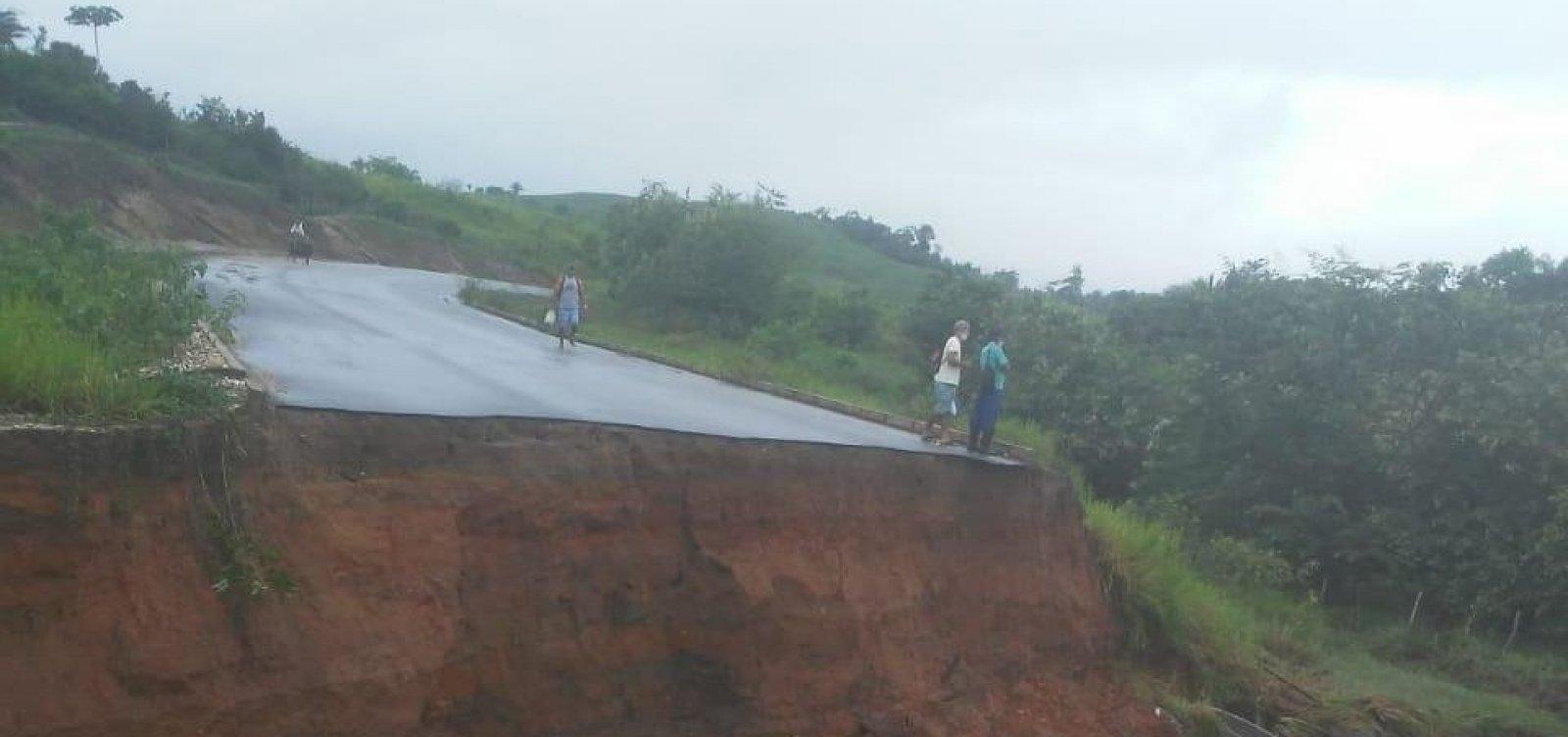 [Erosão em asfalto bloqueia trecho da BR-101 próximo a divisa entre Bahia e Sergipe]