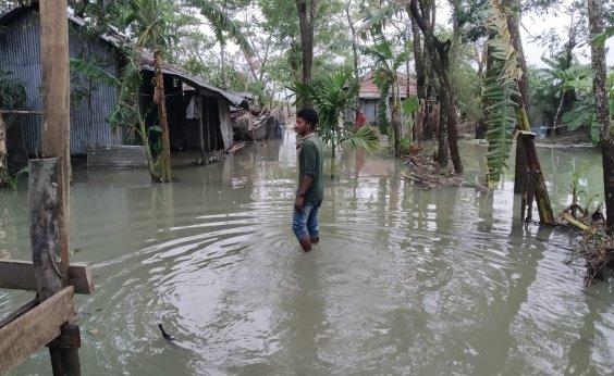 [Ciclone mata 84 pessoas na Índia e em Bangladesh]