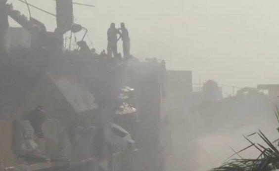 [Avião com mais de 100 pessoas a bordo cai em área residencial do Paquistão]
