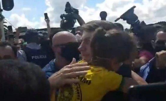 [Em manifestação em Brasília, Bolsonaro volta gerar aglomeração e pega crianças no colo ]