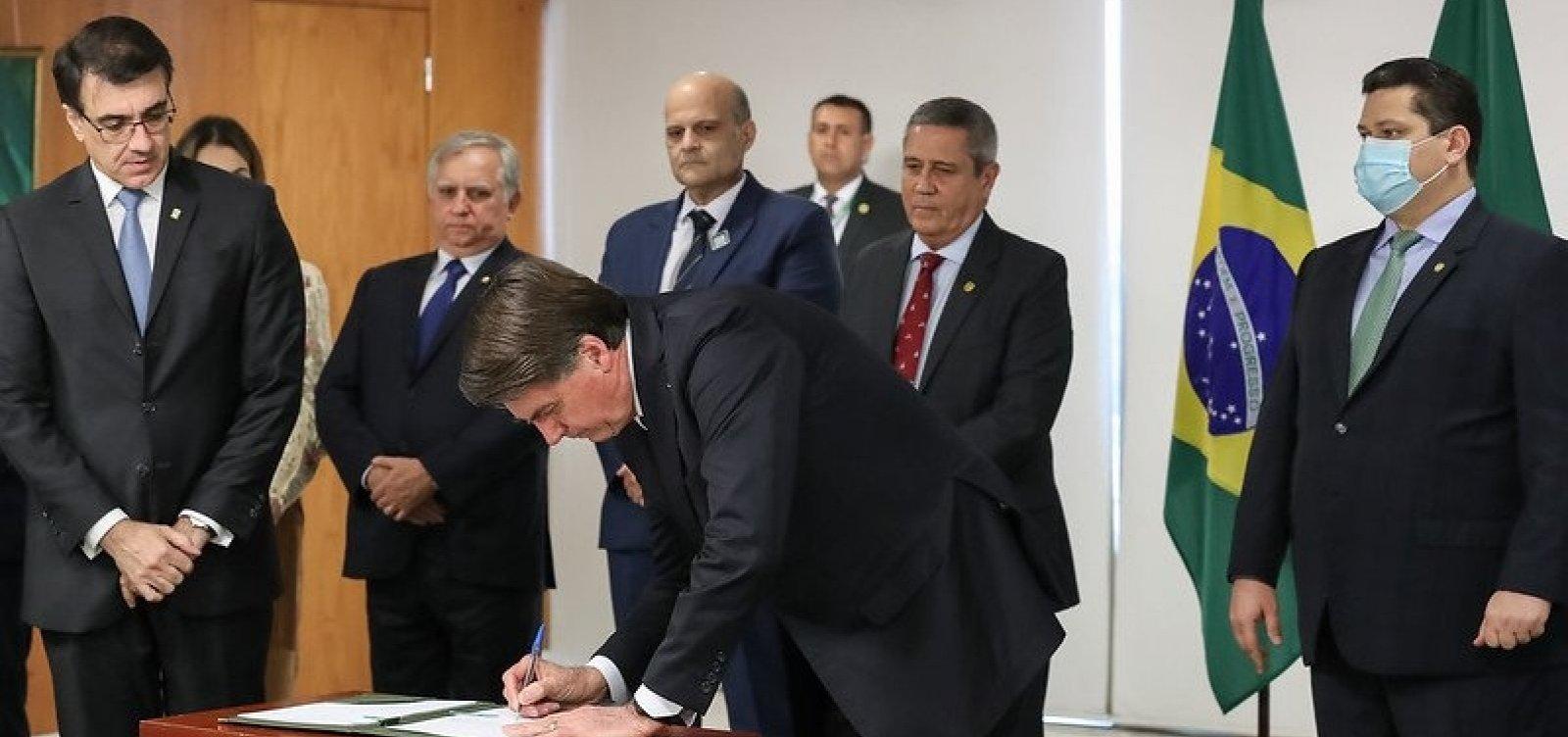 [Bolsonaro assina reajuste a policiais do DF]