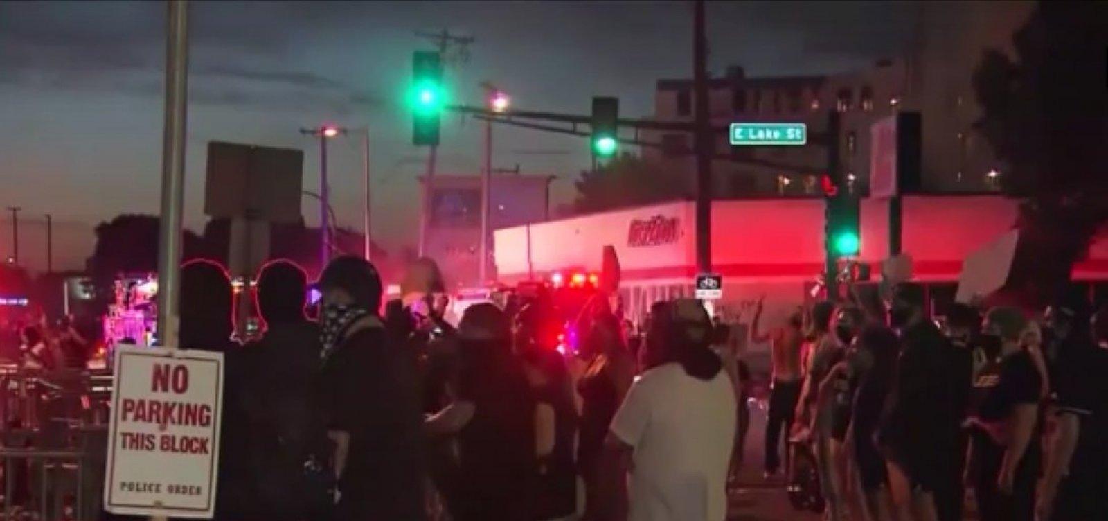 [Manifestantes incendeiam delegacia em 3º dia de protestos contra morte de negro por policial nos EUA]