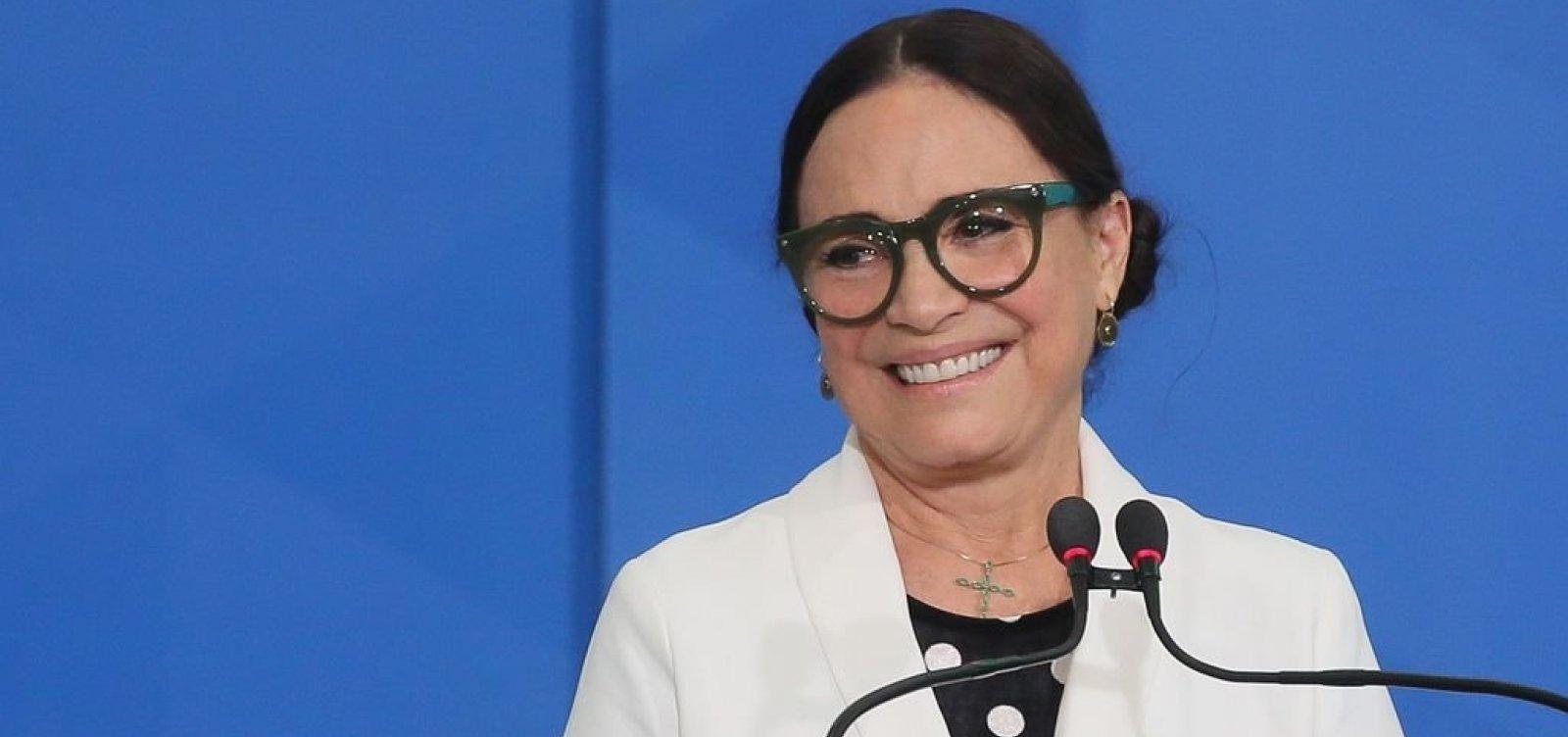 [Após anunciar saída há uma semana, Regina Duarte segue secretária de Cultura]