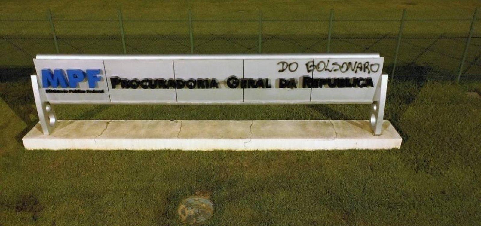 [Sede da PGR amanhece pichada com nome de 'Procuradoria-Geral do Bolsonaro']