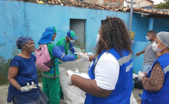 [Idosa que acumulava 1,4 tonelada de lixo em casa no Calabar recebe assistência da prefeitura]