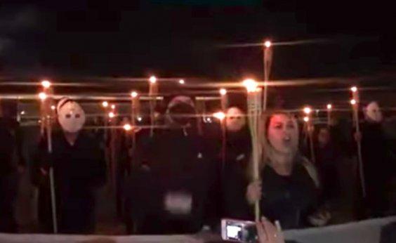 [Grupo bolsonarista protesta em frente ao STF com tochas e máscaras]